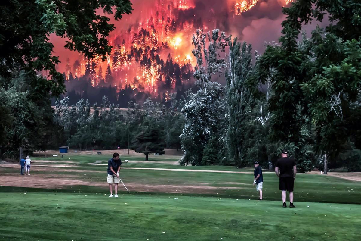 Фото дня: гра у гольф на фоні пожежі
