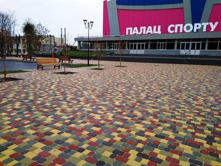 """В Запоріжжі відкрили різнокольорову нову алею біля ПС """"Юність"""" (ФОТО)"""