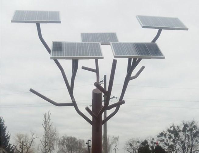 """У Черкаській області встановили """"сонячне дерево"""", яке заряджає гаджети"""