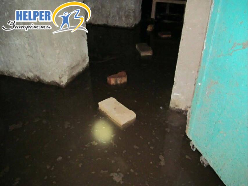 Співробітники аварійної служби зривають замки з дверей підвалів, у яких стоять ІТП