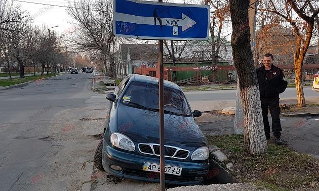 У Бердянську посеред міста провалився автомобіль – фото факт