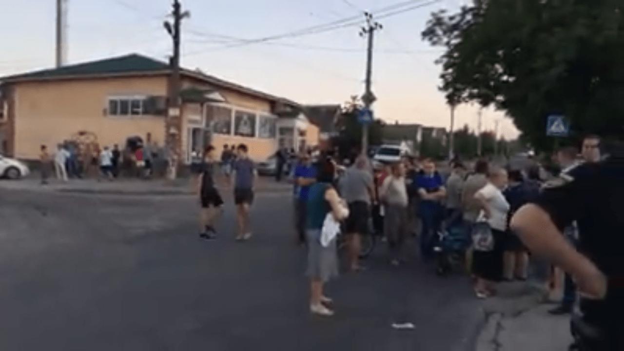 У Запоріжжі протест, люди вийшли перекривати вулицю – відео