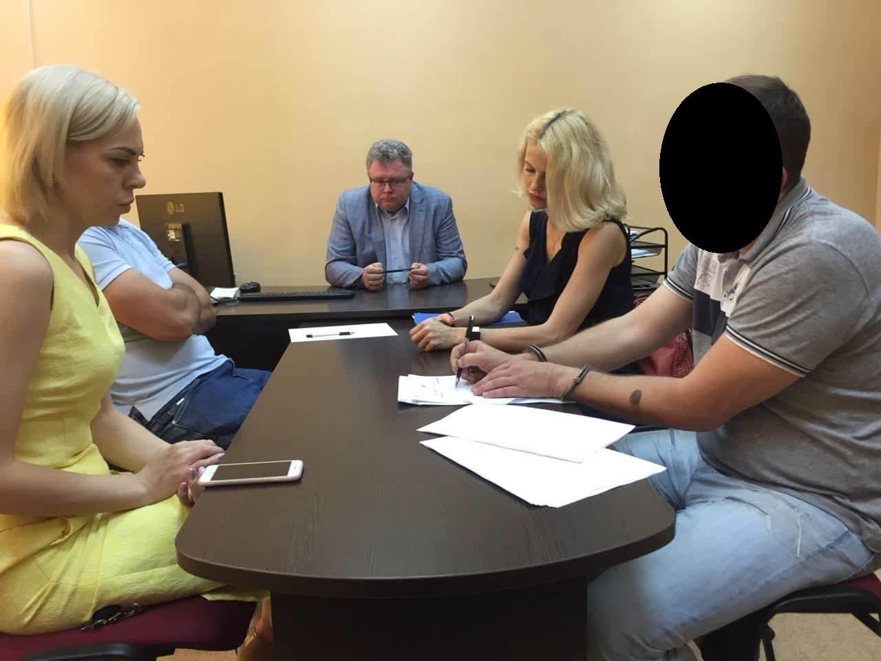 Затриманого при сумнівних обставинах адвоката відправили під домашній арешт