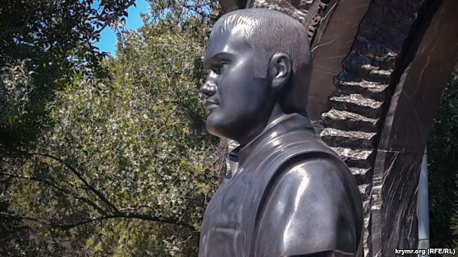 Як живий: на цвинтарі у Криму з'явився бюст Віктора Януковича – відео