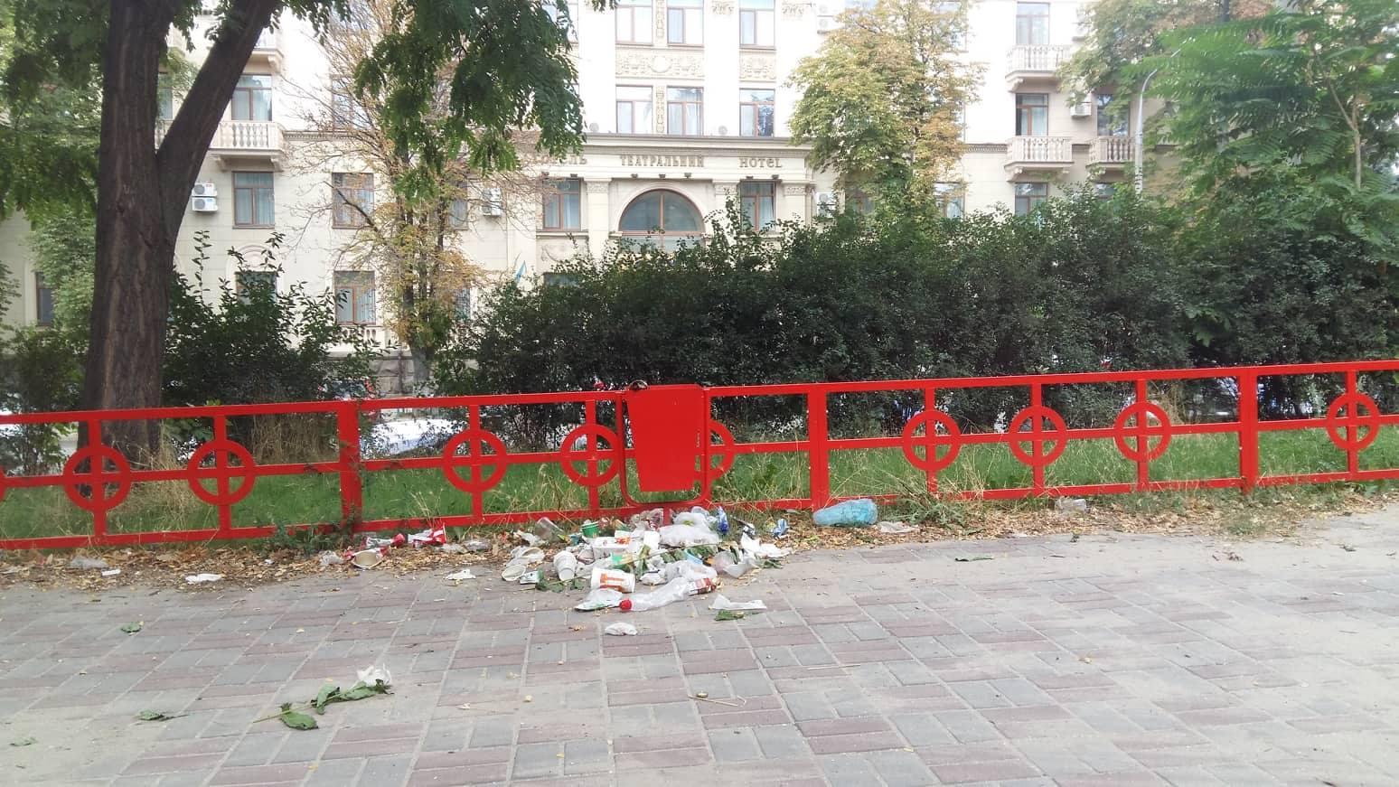 В центре города маленькие запорожцы вынуждены гулять в свалках и фекалиях – ФОТОРЕПОРТАЖ