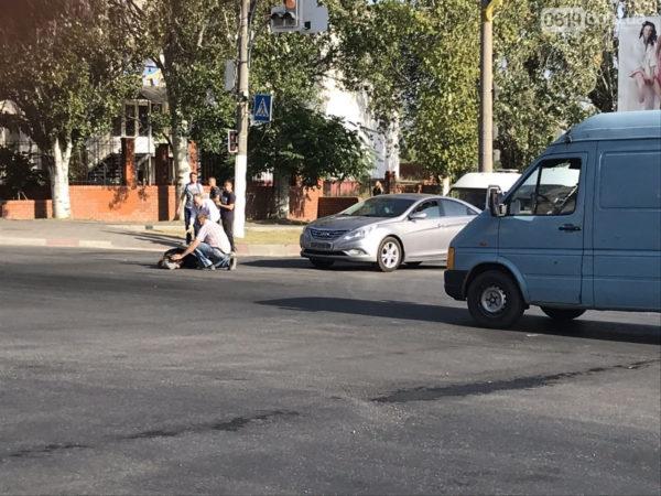 Проехал на красный: в Мелитополе иномарка сбила женщину на пешеходном переходе (фото)