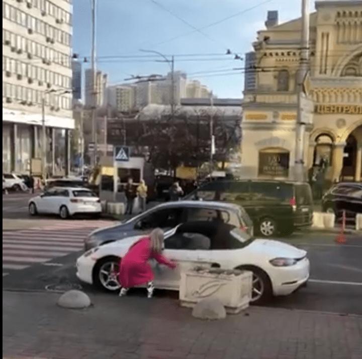 Відео дня: блондинка з сокирою помстилася, знищивши машину обідчика