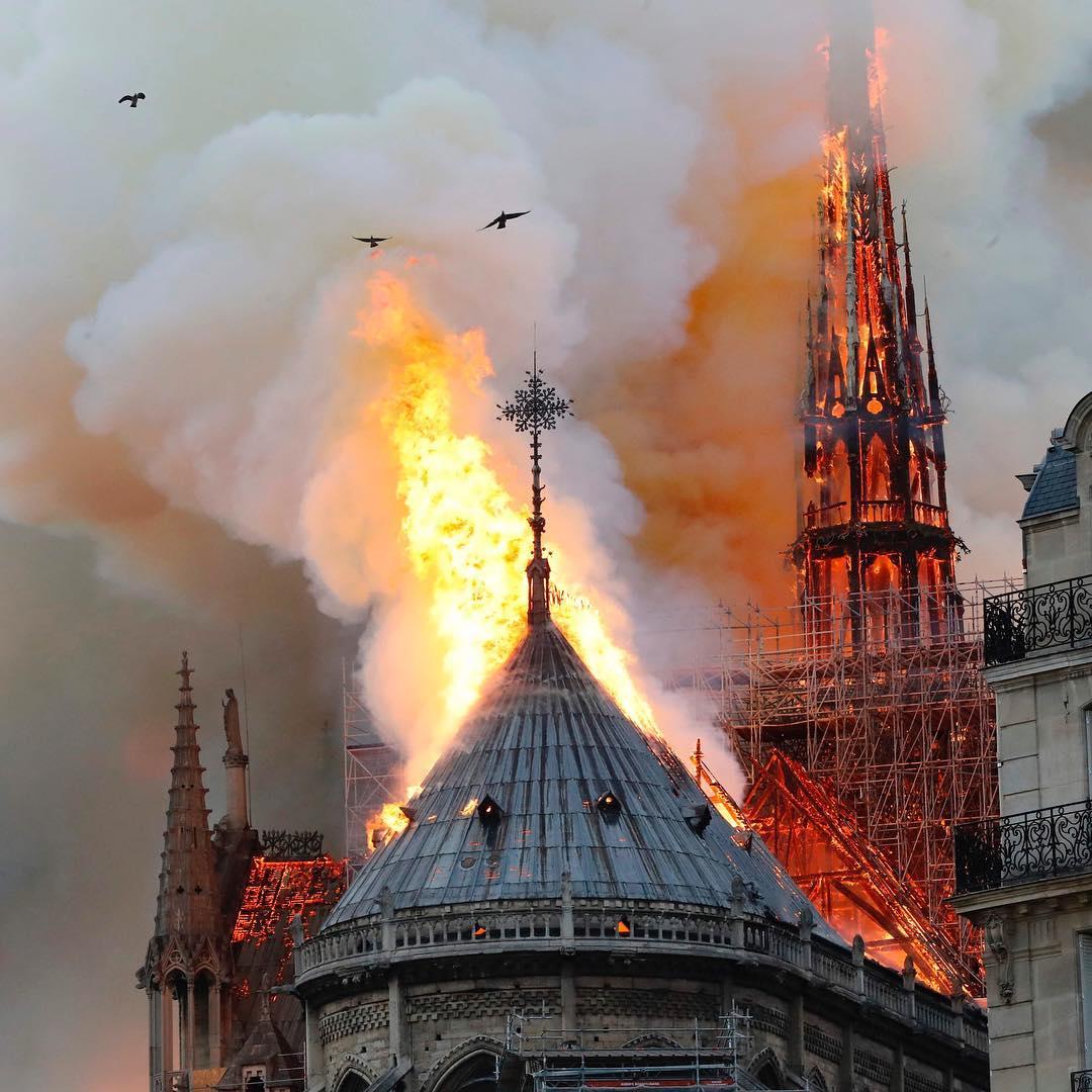 Всесвітньо відомий собор Нотр-Дам у серці Франції спалахнув, центральна вежа вже впала – відео