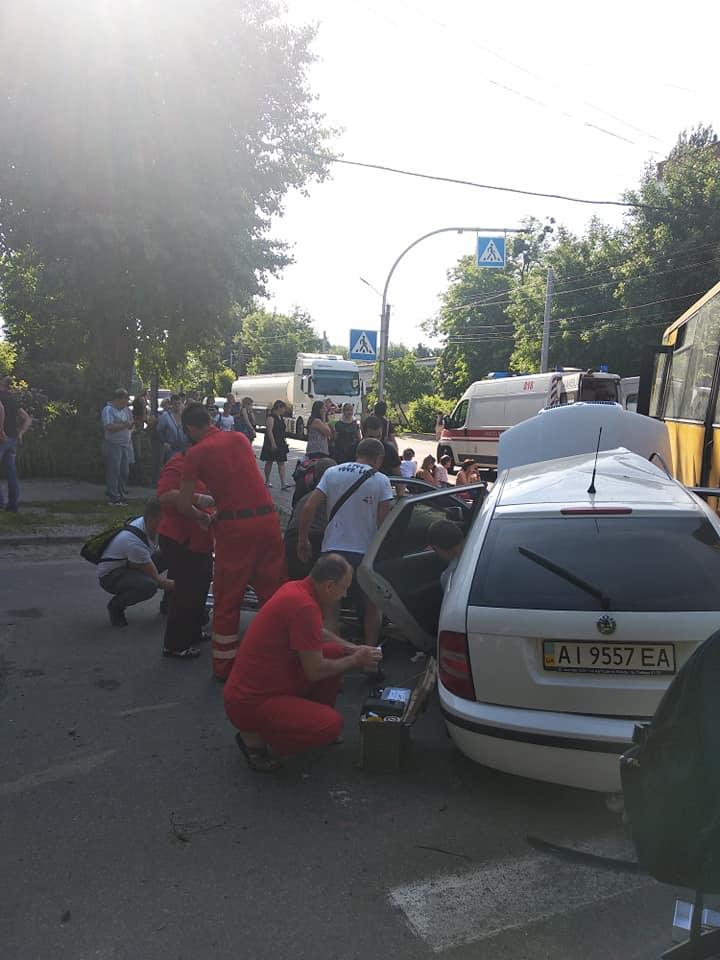 На Київщині масштабна аварія за участю маршрутки, більше десятка постраждалих – фото