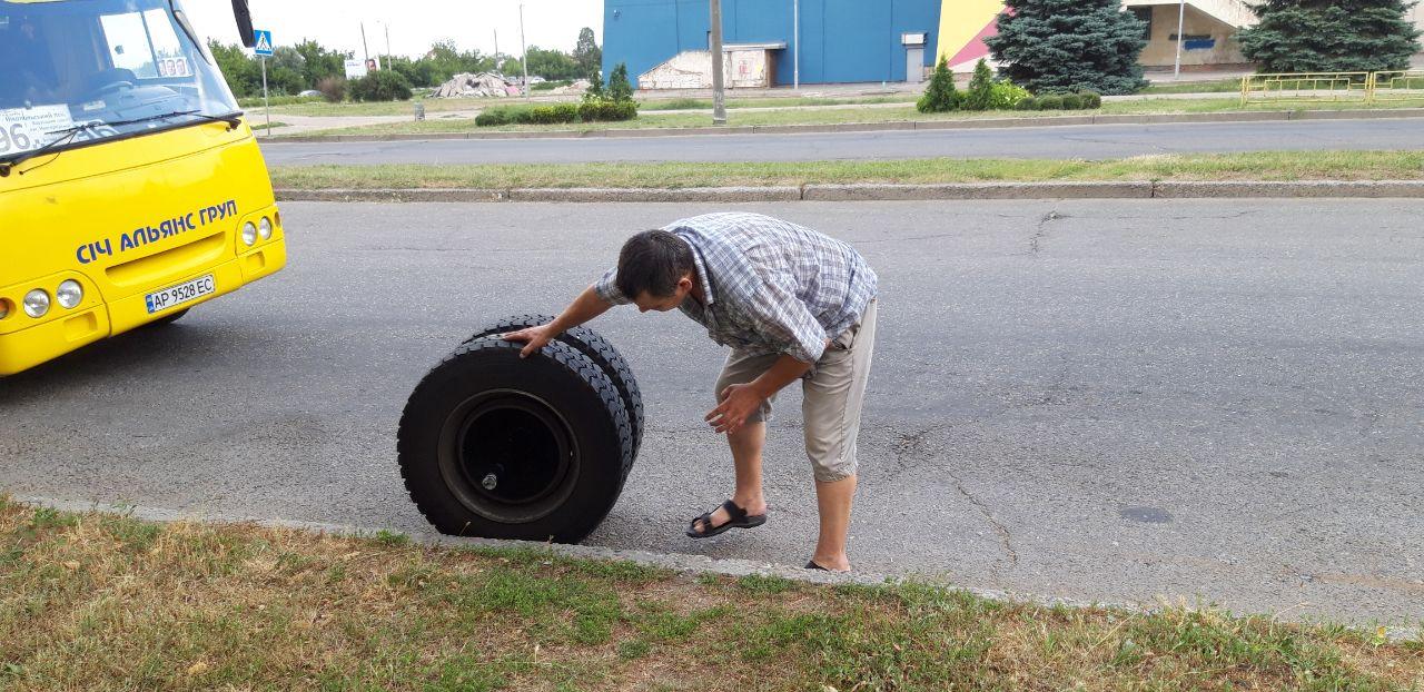 Запорізька маршрутка з пасажирами на ходу загубила колесо