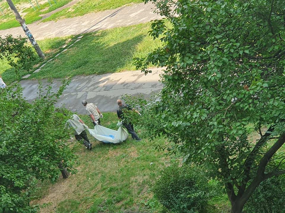 Труп людини пролежав 6 годин на дитячому майданчику під сонцем і дощем