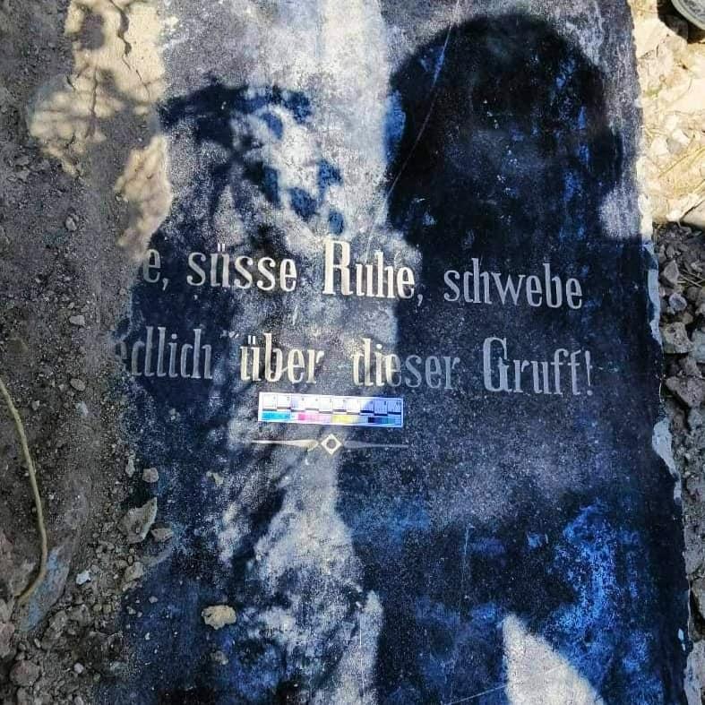 """У Запоріжжі знайшли надгробок дружини меноніта – одного із засновників заводу """"Автозаз"""""""