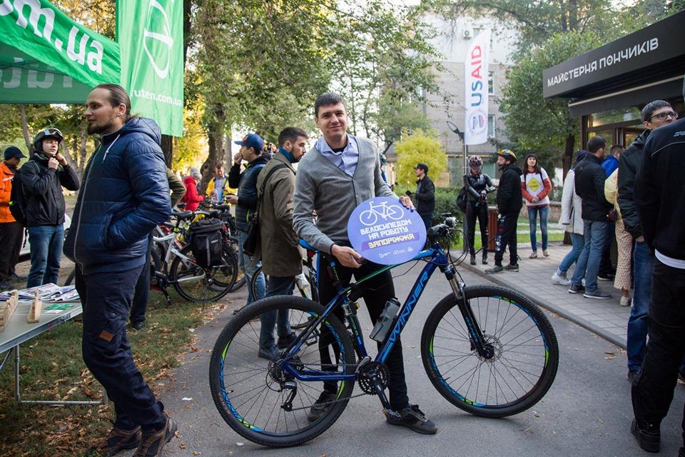 Економно, швидко і без заторів: Запоріжці їдуть на роботу на велосипеді