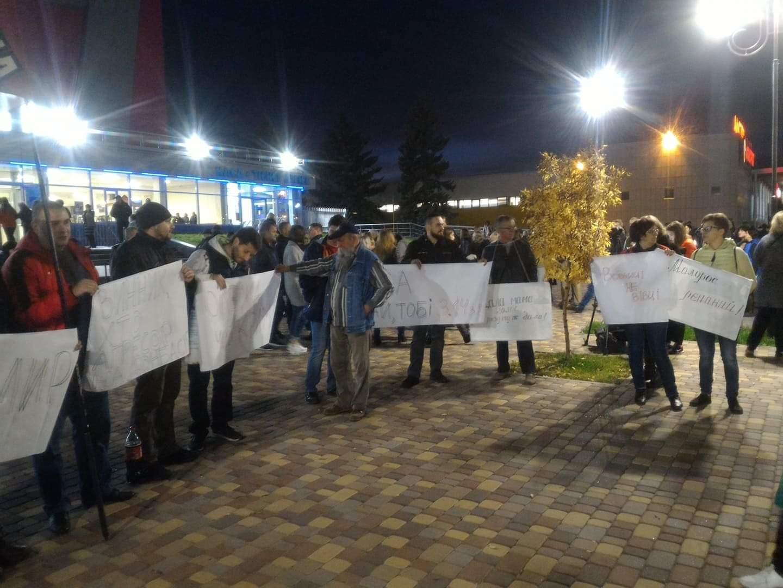 """Біля """"Юності"""" зібралися молоді люди, питають Олега Винника чий Крим"""