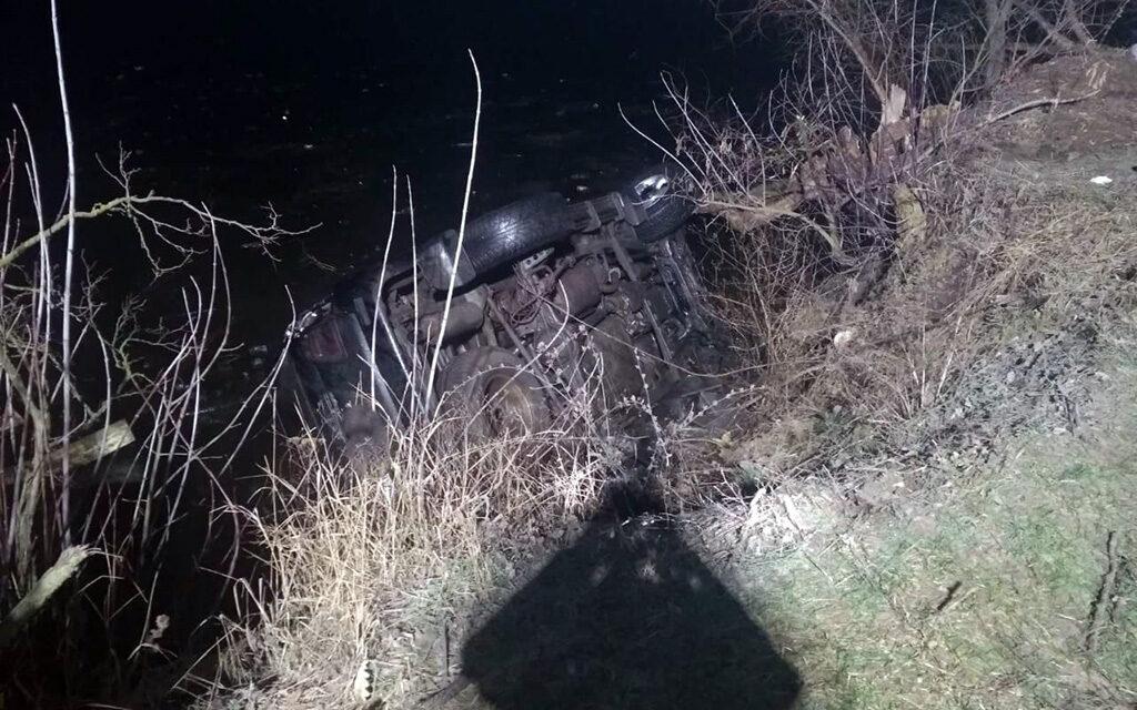 На Дніпропетровщині рятувальники витягли зі ставка авто з 4 тілами – відео