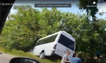 На Запоріжжі маршрутка з пасажирами злетіла в кювет – відео