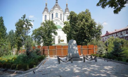 Реконструкцію скверу на Базарній обіцяють закінчити в серпні, але зі скульптурою доведеться почекати – фото