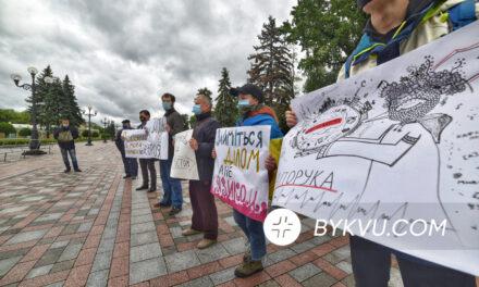 У відповідь на заяви Разумкова про мову, активісти принесли йому лапті – фото