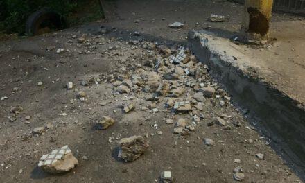У спальну районі Запоріжжя осипався фасад дев'ятиповерхівки, мешканці чергують під під'їздом