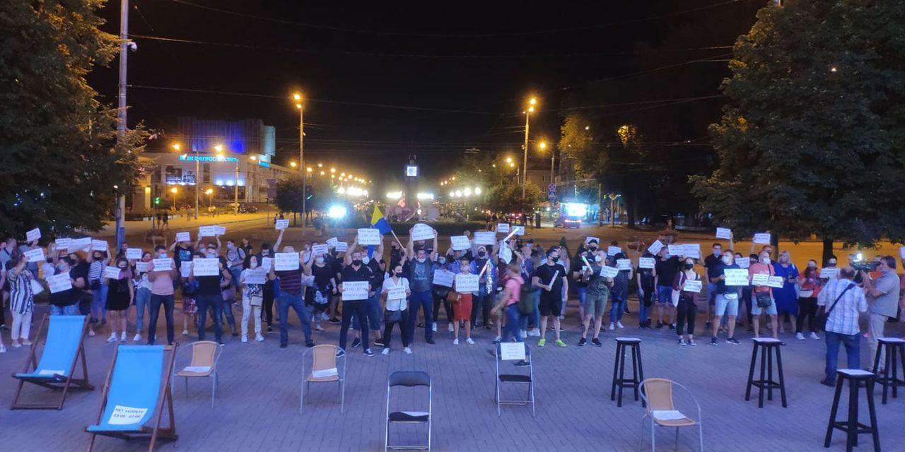 Під стіни міської ради Запоріжжя люди принесли стільці та барні стійки