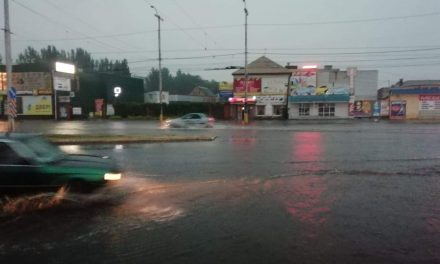 На затоплених вулицях Запоріжжя плавали автомобілі, їх визволяли рятувальники