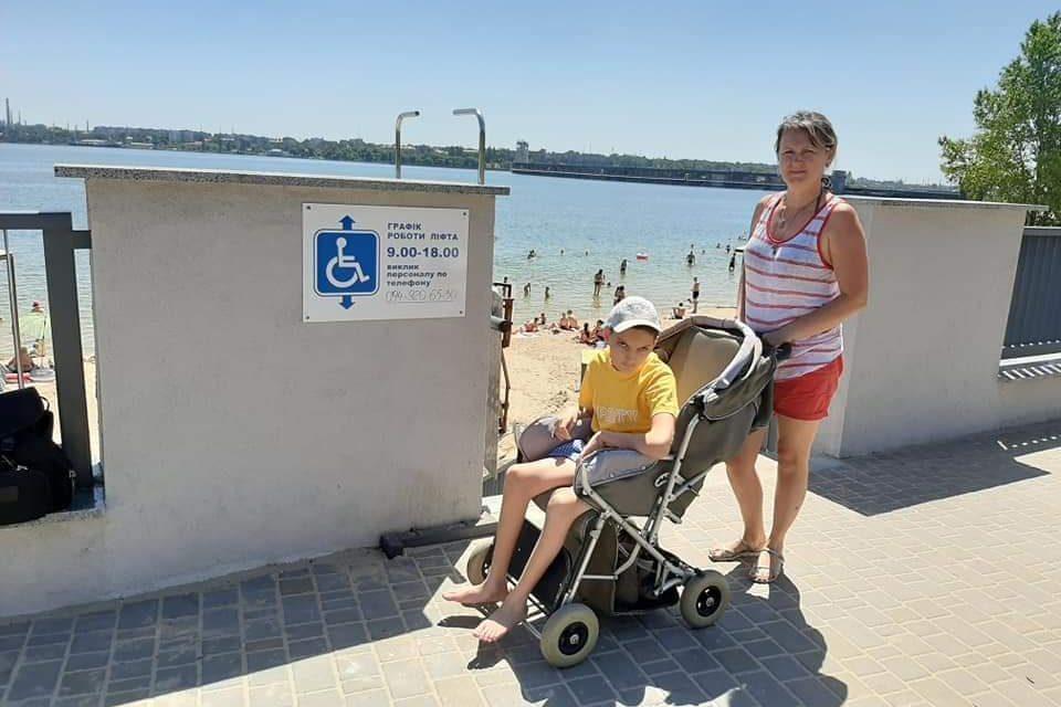 """Мешканці Запоріжжя називають ліфт на пляжі показухою: """"Мера катати є кому, людей з інвалідністю немає"""""""