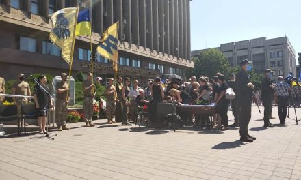 """На майдані Героїв у Запоріжжі прощаються з бійцем """"Азова"""" – фото"""