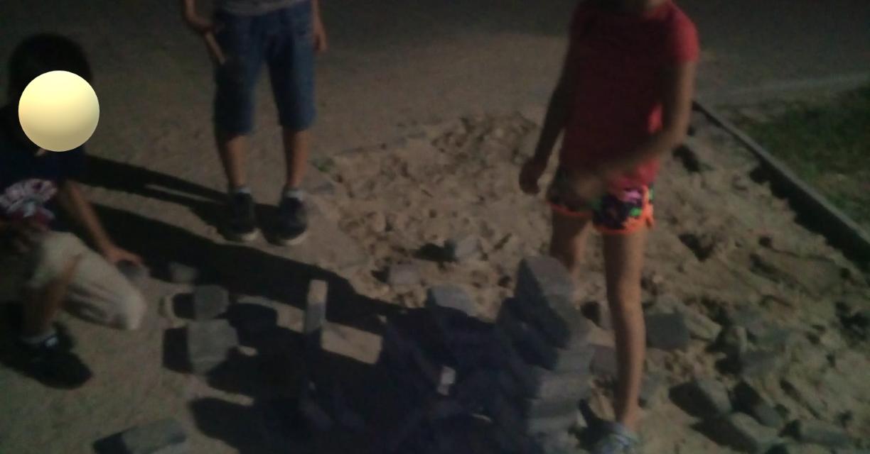 У новому парку в Запоріжжі діти будують барикаду з тротуарної плитки