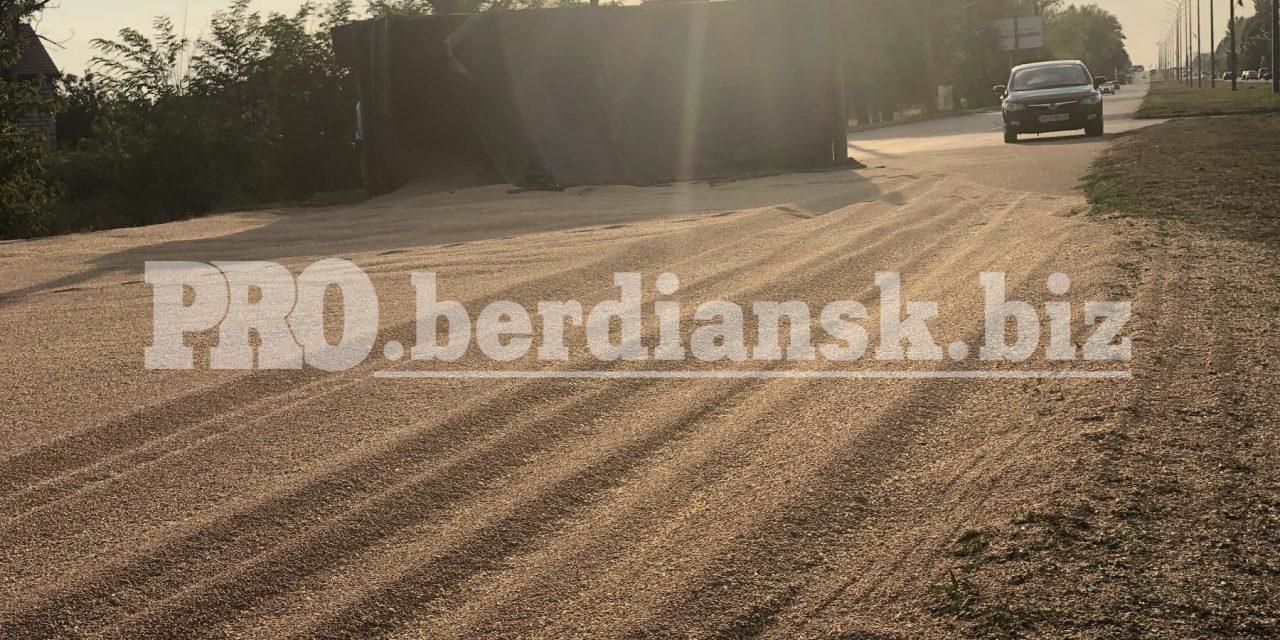 На Запоріжжі КамАЗ потрапив у ДТП, дорогу засипало зерном – фото