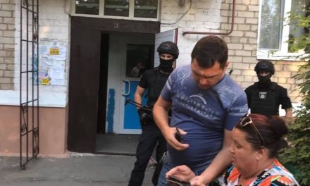 На Запоріжжі силовики зламали двері квартири депутата, підозрюють в організації вбивства