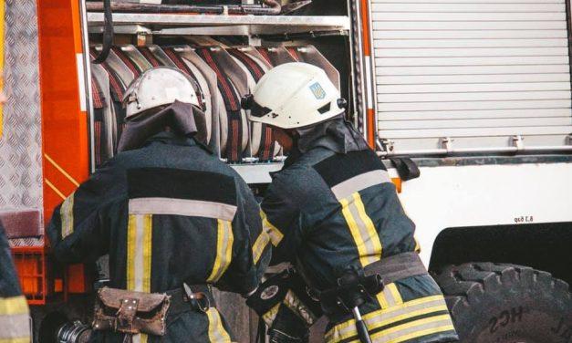 У Києві зіткнулися легковики: постраждалу з авто витягали рятувальники