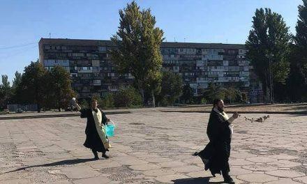 """Фото дня: після проведення акції """"Запоріжжяпрайд"""" попи посвятили площу Фестивальну"""