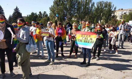 """У центрі Запоріжжя люди збираються на """"Запоріжпрайд"""", одразу почалися провокації – фото"""