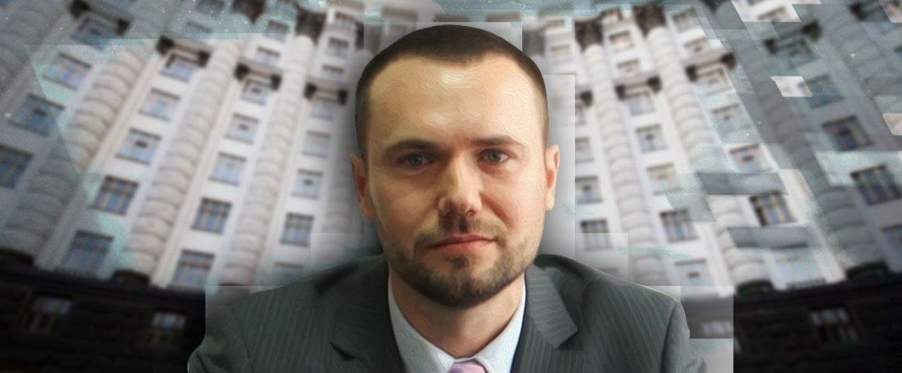 Людину, яка викрила міністра освіти Сергія Шкарлета у плагіаті в наукових роботах, переслідуюють
