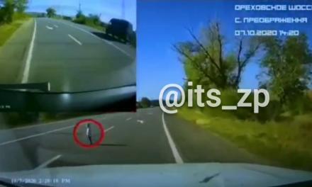 Моторошне відео: на запорізькій трасі метровий малюк стояв сам серед швидкого потоку машин
