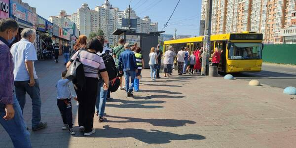 Через перехід Запоріжжя до іншої карантинної зони мешканці міста стоять по годині на зупинках