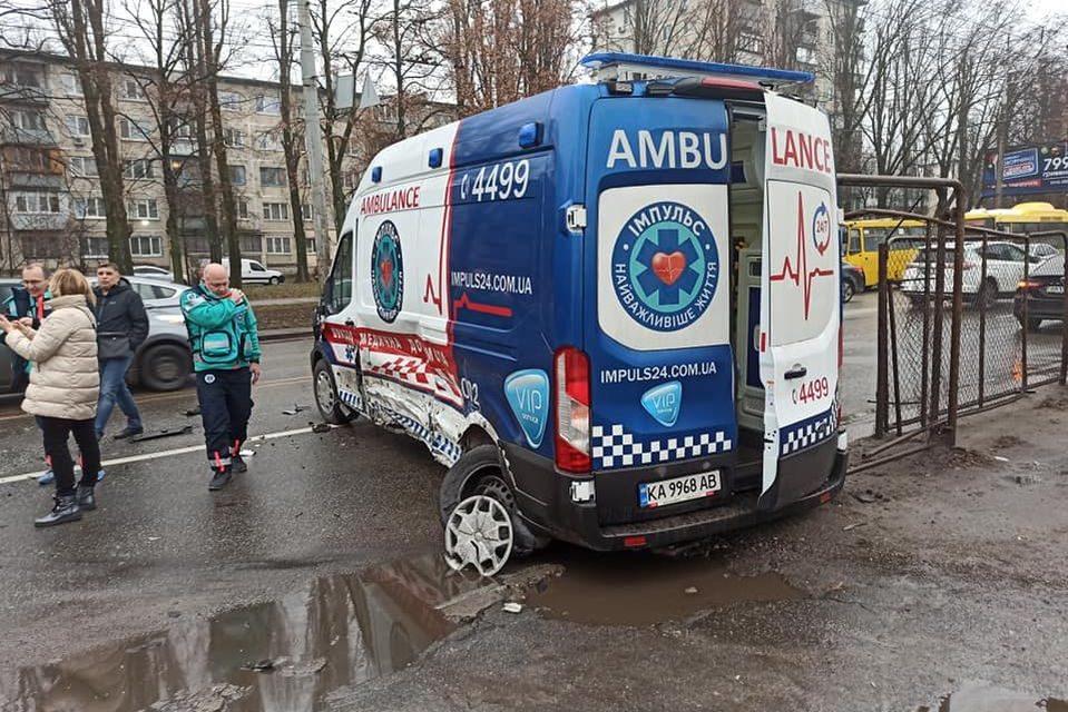 У Києві на вулиці Маршала Гречка сталася автотроща, рух ускладнено