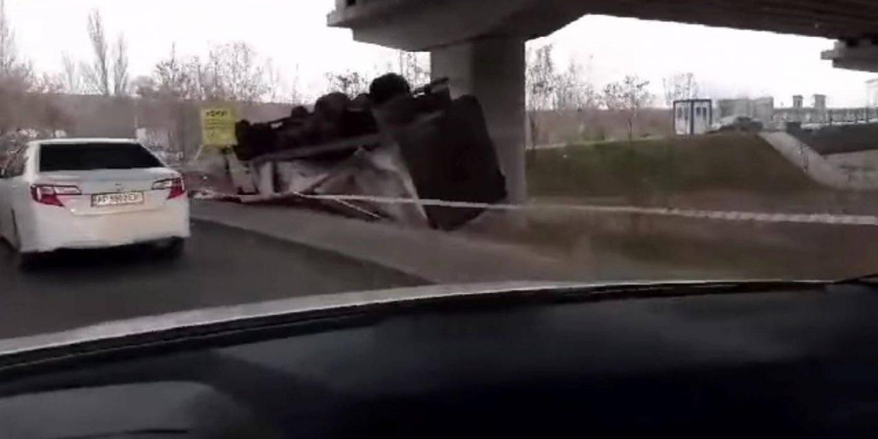 Під мостами у Запоріжжі перекинулася на дах вантажівка – відео