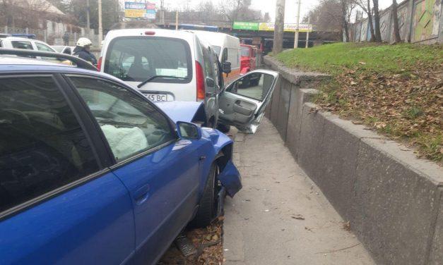 У Запоріжжі зіштовхнулися два авто, одну з пасажирок рятували бійці ДСНС – фото